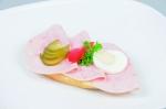 Chlebíček šunkový salám na másle